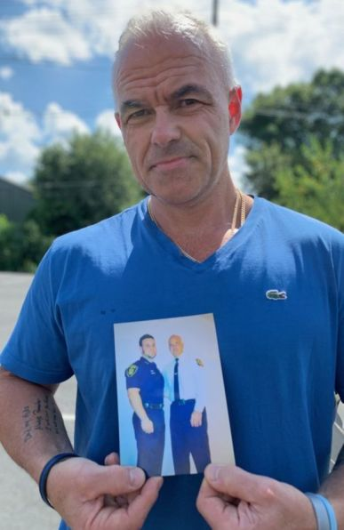 Dave Betz muestra una foto de su hijo David.