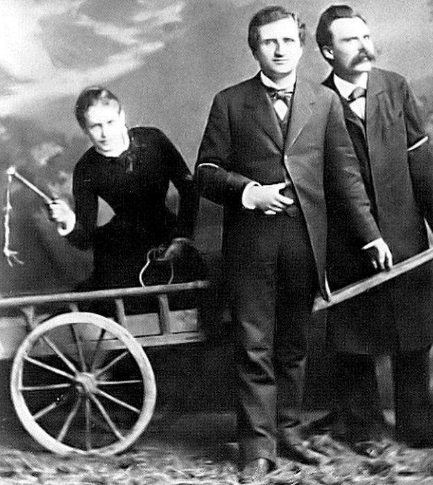 Lou, con látigo en mano, Nietzsche y su amigo filósofo Paul Ree.