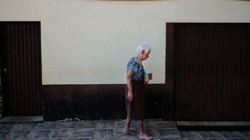 Armelinda Canton andando em sua casa
