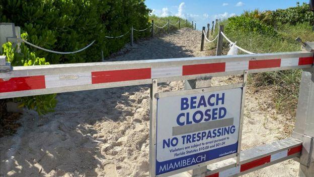 """لافتة كتب عليها """"الشاطئ مغلق"""""""