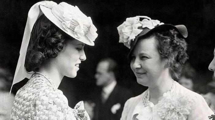 Rosemary Kennedy charlando con una amiga en fiesta