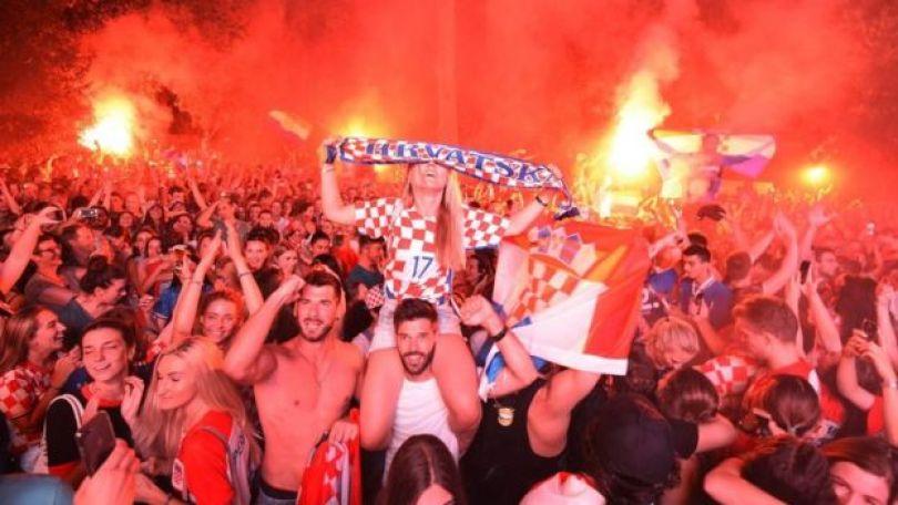 Torcedores croatas comemorando vitória sobre a Inglaterra, pela semifinal da Copa do Mundo 2018
