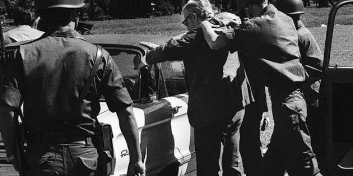 Soldados catean a un civil en Buenos Aires en 1977.