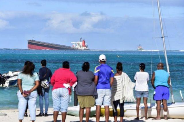 Les gens à terre regardent le MV Wakashio le 6 août 2020.