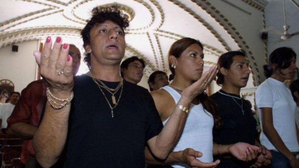 Muxes rezando en una iglesia