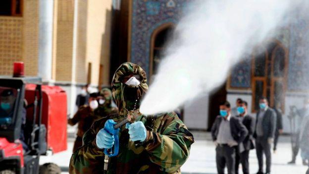 Un miembro de la defensa civil iraquí rocía desinfectante en y alrededor de la Gran Mezquita de Kufa