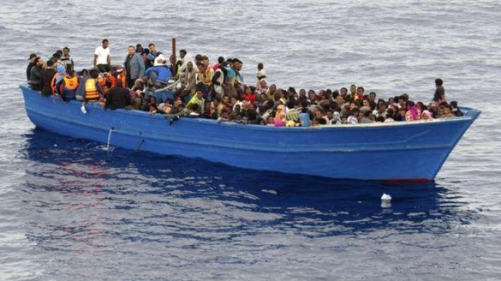 أرشيف- مهاجرون في قارب
