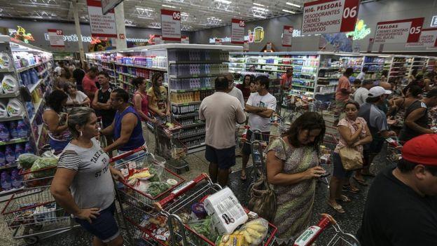 Capixabas lotam supermercado em Vitória; medo de sair às ruas têm provocado alta nos preços e falta de produtos em estoques
