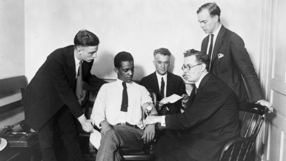 Funcionarios de Washington experimentando con uno de los primeros polígrafos que se crearon, en 1922.