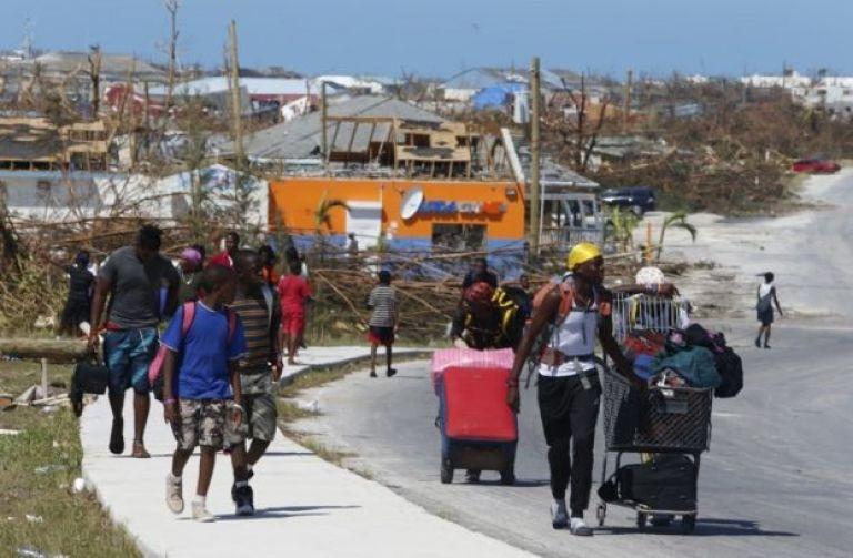 Personas caminan en una calle de Gran Ábaco