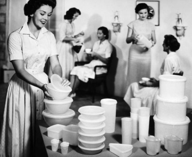Una festa di Tupperware in una casa americana nel 1950