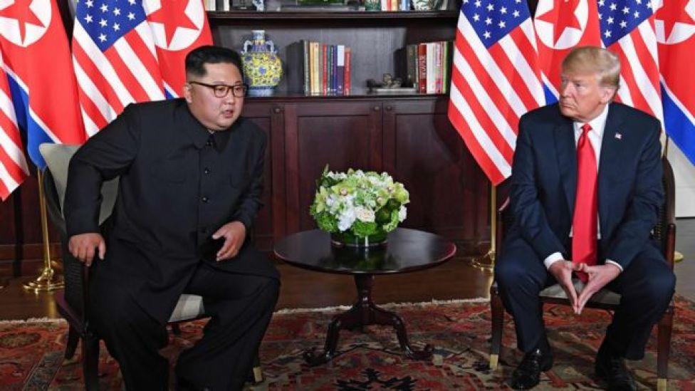 O presidente Donald Trump (à direita) e o líder coreano sentados lado a lado