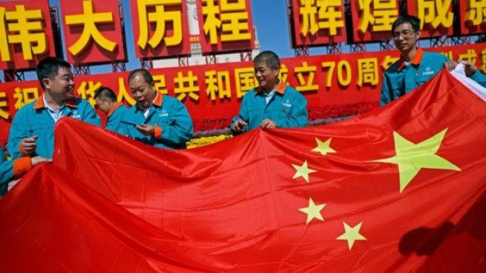 Trabajadores chinos con una bandera china.