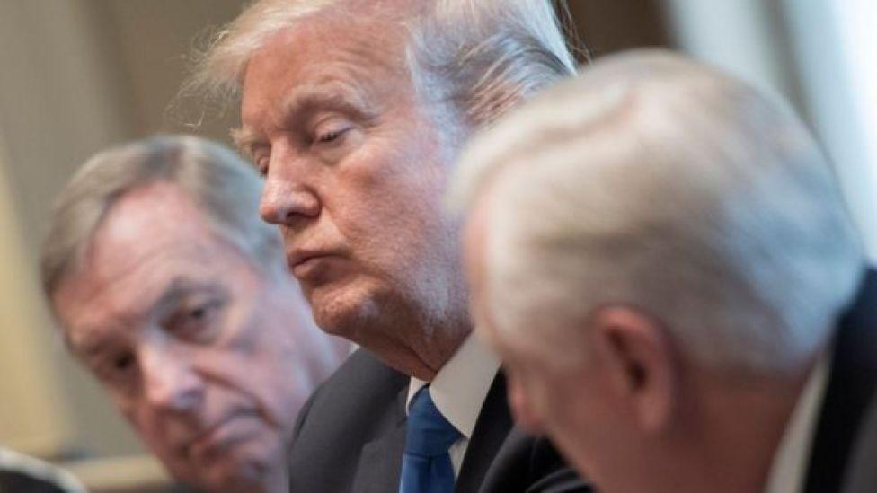 Donald Trump (centro) con el senador Dick Durbin (izquierda) y el congresista Steny Hoyer (derecha).