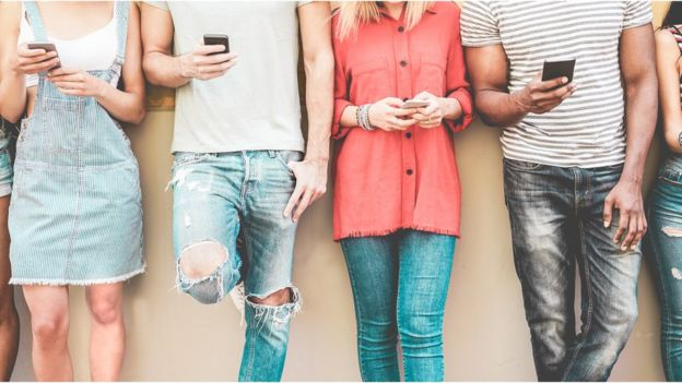Jóvenes con celulares.