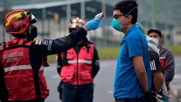 Bombeiro mede temperatura de equatoriano