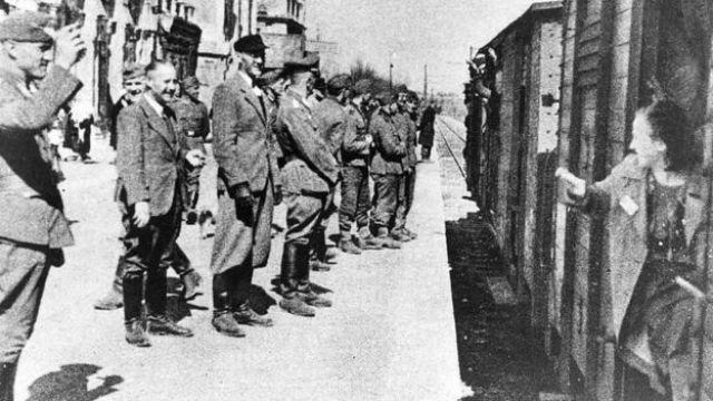 Mulheres são transportadas em caminhões de gado para os campos de concentração nazistas no início dos anos 1940