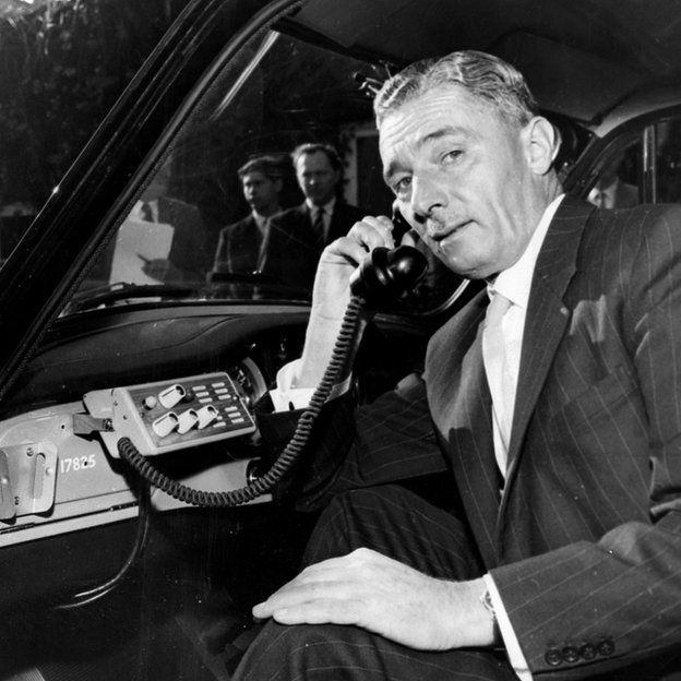 Político británico haciendo una llamada en 1959.