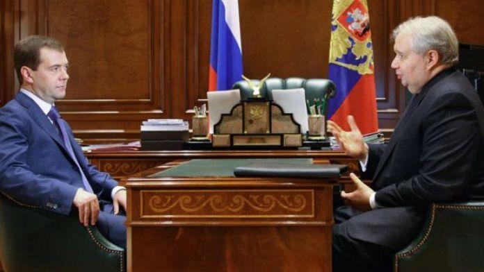 Danjiraha Maraykanka ee Ruushka Sergei Kislyak (midig), oo kula kulmaya madaxweynaha Ruushka Dmitry Medvedev meel u dhaw Mosko sanadkii 2009