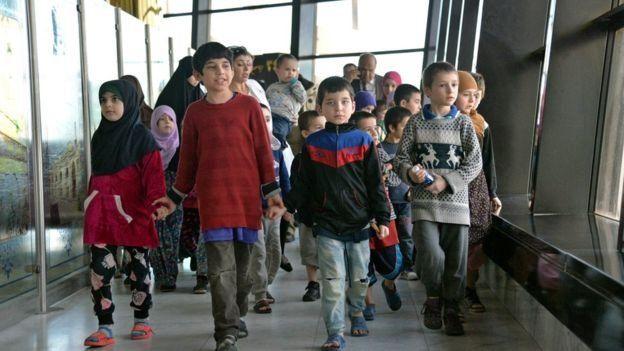 يعتقد أن آباء الأطفال، الذين تتراوح أعمارهم بين ثلاثة وعشرة أعوام، قتلوا في الحرب التي استمرت في العراق على مدى ثلاثة أعوام ضد التنظيم.