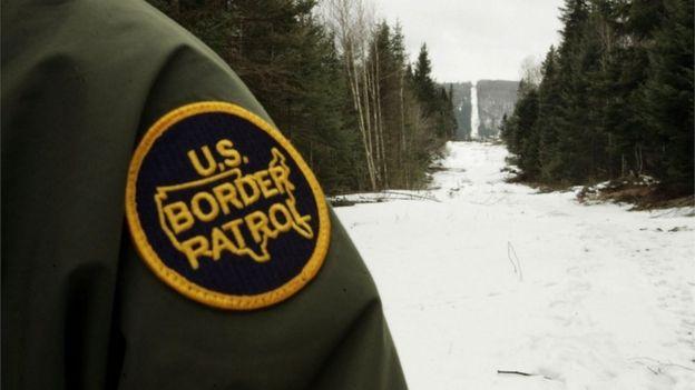 Un guardia de Estados Unidos vigila la frontera canadiense cerca de Beecher Falls, Vermont.