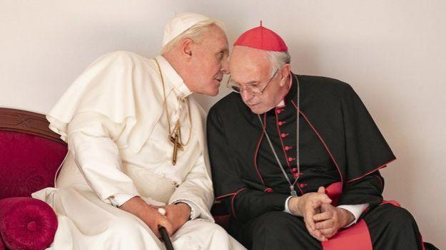 """Anthony Hopkins en el papel del papa Benedicto XVI y Jonathan Pryce en el del papa Francisco. Ambos protagonistas de """"Los dos papas"""", de Netflix."""