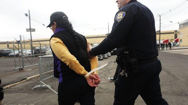 Detención de un manifestante en Nueva Jersey.