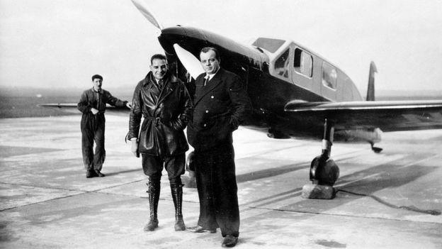 Antoine de Saint-Exupéry con colegas frente a un avión en 1935.