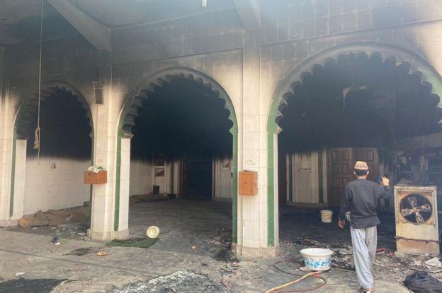 デリーのムスタファバードにある部分的に焼けたモスク