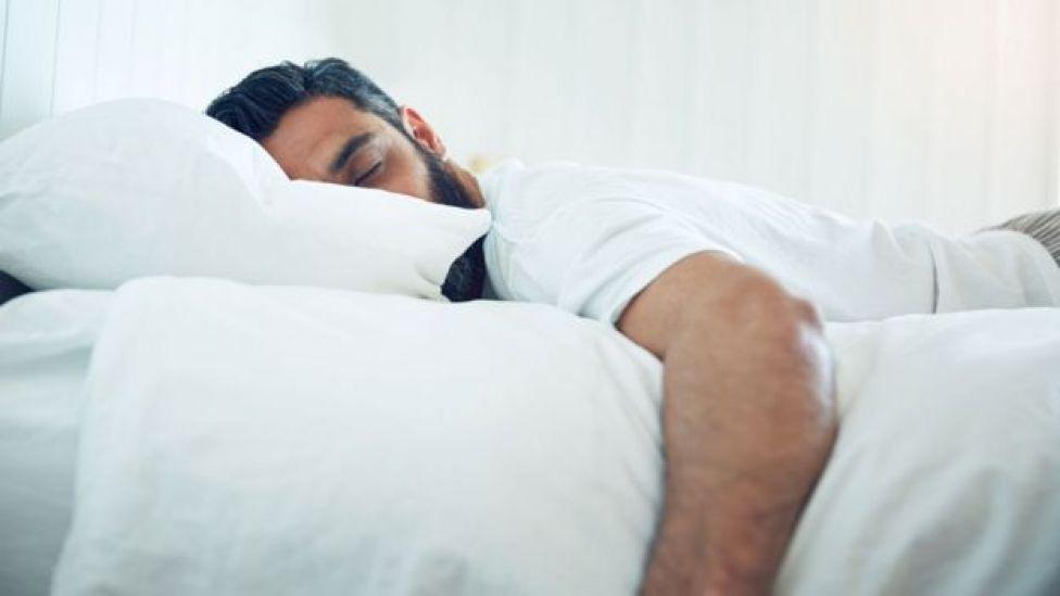 Hombre durmiendo.
