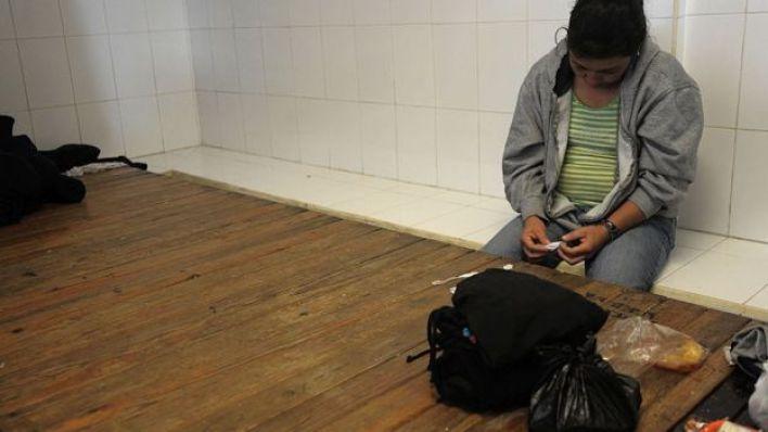 Una mujer con su hijo en la estación migratoria Siglo 21