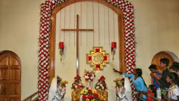 Una cruz católica en una iglesia