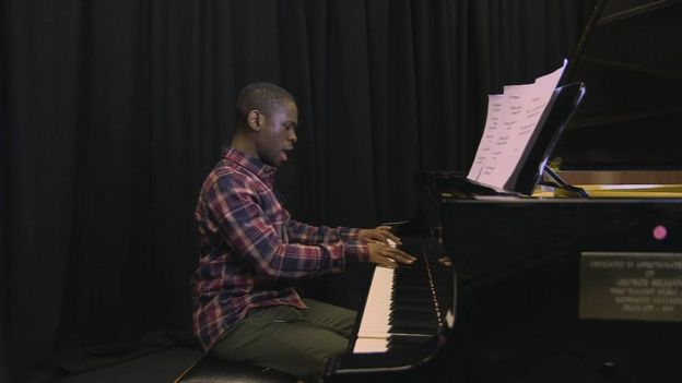 Michael Fuller toca piano