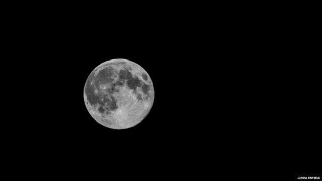 Una superluna sobre Shawford, Reino Unido.