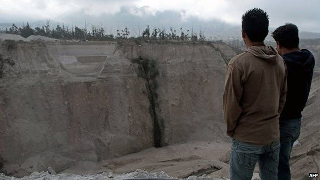Two men look at the Catequilla quarry, near Quito (12 August 2014)