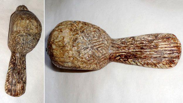 Figura de pássaro feita de presa de mamute
