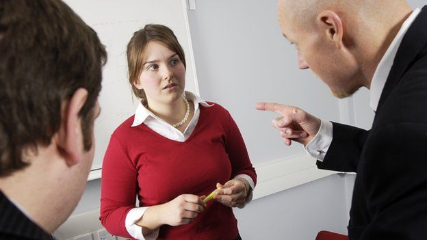 Una mujer señalada por su jefe en el empleo