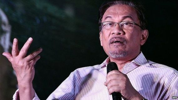 Malaysian opposition leader Anwar Ibrahim gestures while addressing his supporters at a gathering in Kuala Lumpur on February 9, 2015