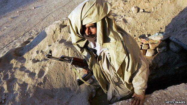 Miliciano Bugti emerge de un búnker en la provincia de Baluchistán, Pakistán, en 2005.