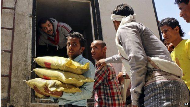 Aid distribution in Taiz (09/05/15)