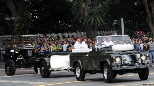 The body of Kwa Geok Choo travels on a gun carriage in Singapore (6 Oct 2010)