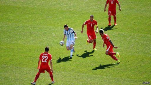 Ciyaaryahan Lionel Messi oo dhiibaya baaskii uu goolka u badalay ciyaaryahan Di Maria