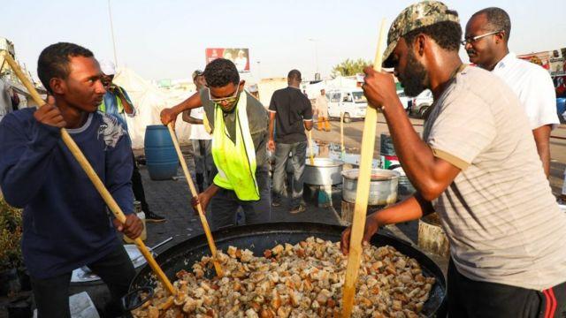 Au Soudan, préparation du repas du soir pendant le Ramadan, en marge des manifestations à Khartoum.