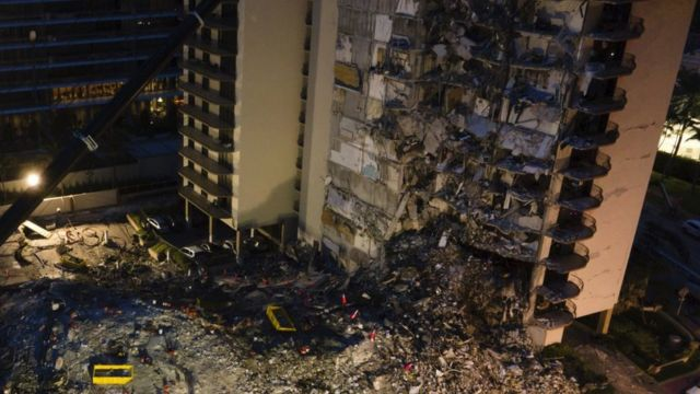 Trabajos de los equipos de emergencia tras el colapso del edificio.