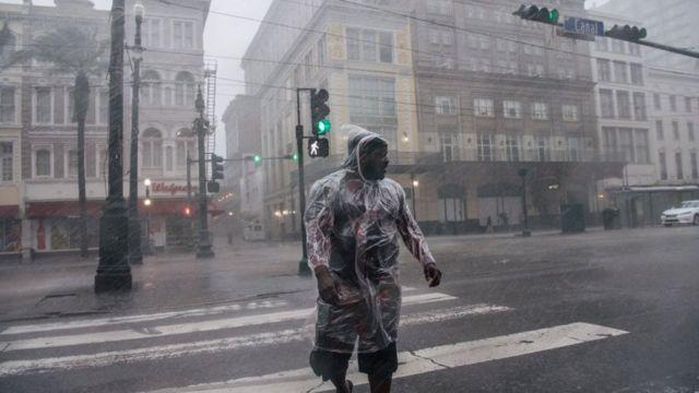 Hombre cruza la calle bajo la lluvia provocada por el huracán Ida en Nueva Orleans, Luisiana, Estados Unidos, el 29 de agosto de 2021.