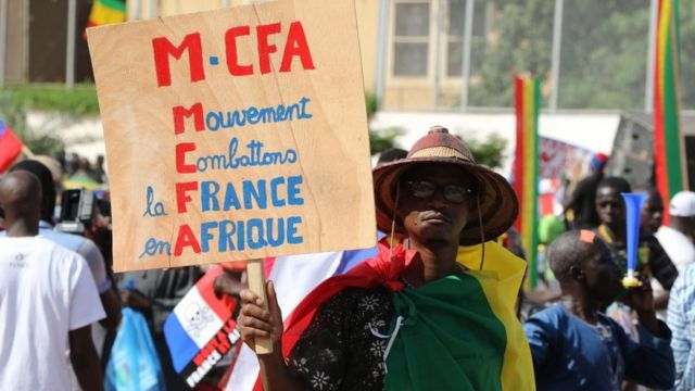 Plusieurs dizaines de Maliens organisent une manifestation contre la France sur la place de l'Indépendance lors du 60e anniversaire de l'indépendance du Mali vis-à-vis de la France à Bamako, au Mali, le 22 septembre 2020.