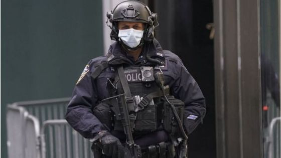 agente de segurança com máscara em nova york
