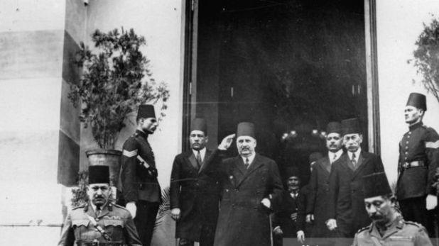 الملك فؤاد يغادر مكتب البريد بعد افتتاح أول شبكة للاتصال الهاتفي في مصر