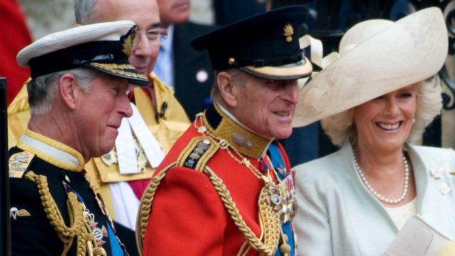 نشر قصر كلارنس هاوس - مقر إقامة ولي العهد الأمير تشارلز - صورة تمثل دوق إدنبره الراحل وهو يضحك مع أمير ويلز يوم زفاف الأمير ويليام في عام