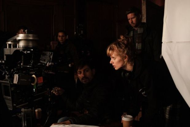 """الكاتبة والمخرجة روز غلاس في موقع تصوير فيلمها الأول """"القديسة مود"""""""